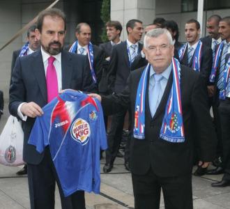 El alcalde y el presidente posan juntos en un acto del club