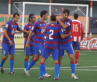 Roberto, en su retorno al Huesca, fue el gran protagonista de la goleada en Sabiñánigo con sus dos goles... en la imagen con el '9' celebrando uno de ellos en el Joaquín Ascaso