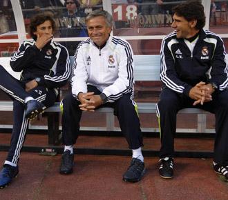 El t�cnico madridista, Jos� Mourinho, con sus ayundantes Rui Faria y Karanka, durante el amistoso que disput� ayer el equipo madridista ante el Am�rica de Mexico.