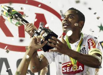 Robinho celebra la Copa de Brasil.