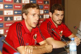 Monreal, junto a Casillas, conversa con los medios en una convocatoria con la selecci�n