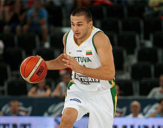 Kleiza, jugador de los Raptors, fue decisivo en el triunfo lituano