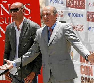 El director deportivo del Sevilla, Monchi, en un acto junto al presidente del club hispalense Jose Mar�a del Nido.