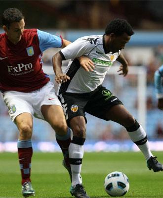Fernandes protege el bal�n ante un jugador del Aston Villa.