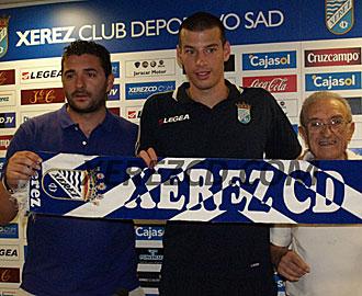 El joven Perone porta la bufanda del Xerez en su presentaci�n junto al director deportivo Emilio Viqueira