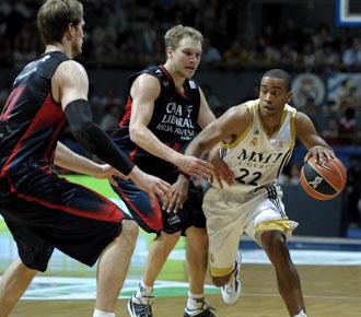 Louis Bullock intenta driblar a dos contrarios durante la semifinal de la ACB de la temporada pasada entre el Real Madrid y el Caja Laboral.