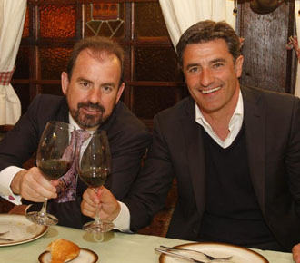 M�chel, celebra con el presidente del Getafe, �ngel Torres, el final de la temporada pasada.