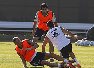 Albiol durante un entrenamiento junto a Ramos y Cristiano.