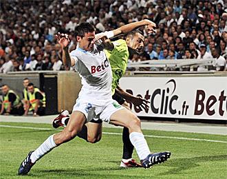 Azpilicueta lucha por un bal�n con un jugador del Caen