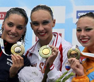 Andrea fuentes completa el podium, a la izquierda con chandal oscuro, con sus dos rivales, la rusa Ischenko, oro; y la ucraniana Lolita Ananasova, bronce.