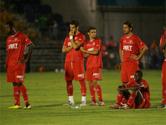 Los jugadores del Sevilla observan el desenlace de la tanda de penaltis.