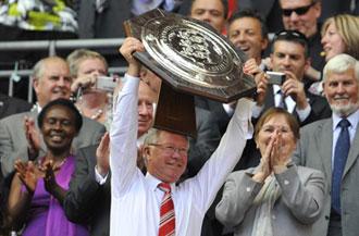 Alex Ferguson levantando el trofeo