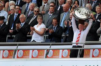 Sir Alex Ferguson con el trofeo de la Community Shield