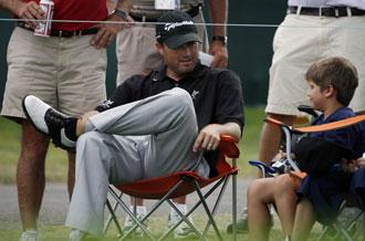 Ryan Palmer charla con un joven espectador en el hoyo n�18. El estadounidense tuvo una gran d�a y cerr� la jornada con 63 golpes