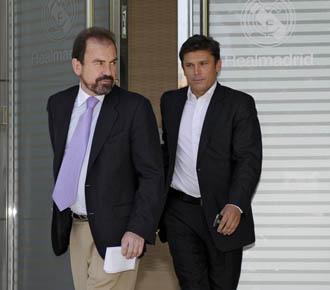 Toni junto al presidente del Getafe �ngel Torres, saliendo de las instalaciones del Bernab�u en una de las negociaciones que se han llevado acabo en este verano.