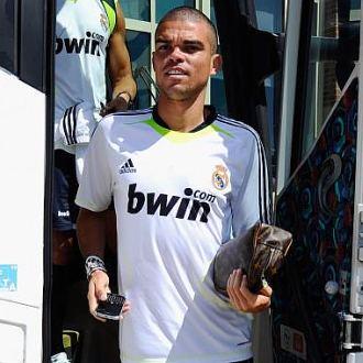 Pepe baja del autocar del Real Madrid durante el stage de pretemporada en Los �ngeles.