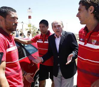 Jose Mar�a del Nido en un acto publicitario del club sevillista con sus jugadores.