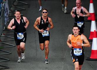 Button terminó el triatlón de Londres en 2h14:14 .