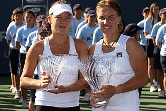 Kuznetsova y Agnieszka Radwanska posan con sus respectivos trofeos