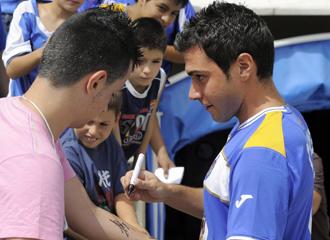 Colunga firmando autógrafos en su presentación.