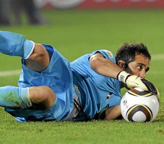 El portero Claudio Bravo atrapa un balón durante el pasado Mundial de Sudáfrica con su selección de Chile.