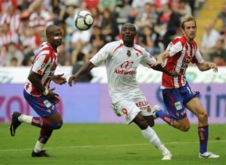 El rubio central Gerard, a la derecha de la foto, durante un encuentro con la camiseta del Sporting