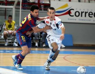 Jordi S�nchez y Mario Rivillos pelean por un bal�n durante un encuentro de la pasada temporada