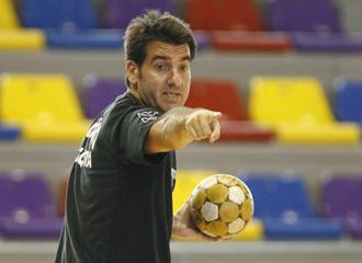 El t�cnico del Antequera dando �rdenes a sus jugadores durante un entrenamiento.