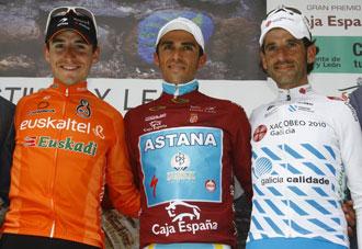 Ezequiel Mosquera junto a Antón y Contador