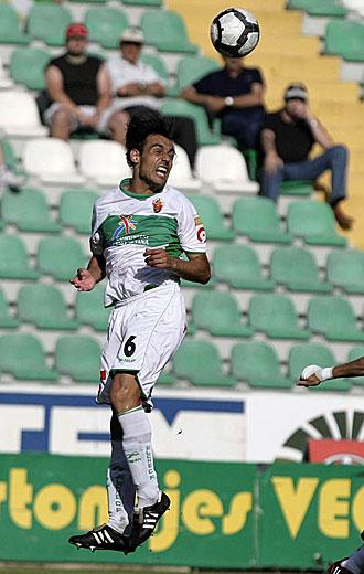 Tena, despejando un balón de cabeza durante un partido de la pasada temporada con el Elche, jugará la próxima campaña en Vallecas