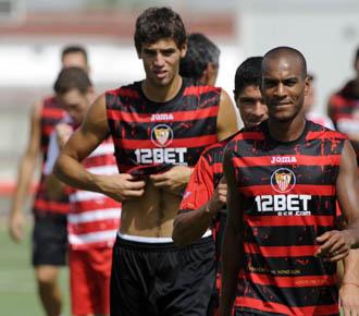 Fazio, en segundo t�rmino, se ejercita con el resto de sus compa�eros del Sevilla en la ciudad deportiva hispalense, en la pretemporada sevillista.