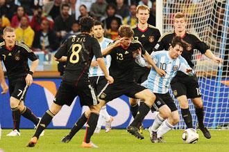 Messi rodeado de alemanes