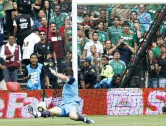 Casillas ve cómo se cuela el gol de México