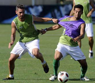 Arzu pelea por un bal�n con el brasile�o Iriney, con peto morado, durante un entrenamiento de la pretemporada b�tica.