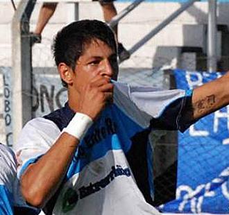 Mauro Quiroga celebra un gol con Gimnasia y Esgrima de Concepción del Uruguay