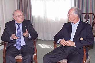 Beckenbauer habla con Di St�fano durante un encuentro en mayo de 2001.