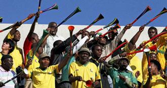 Aficionados con vuvuzelas