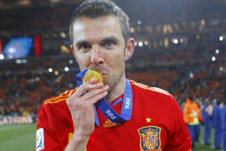 Marchena besa la medalla que acreditaba a Espa�a como campeona del mundo.