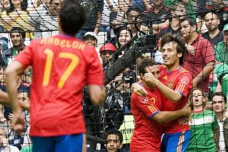 Silva celebra su gol ante M�xico abraz�ndose a Cazorla.