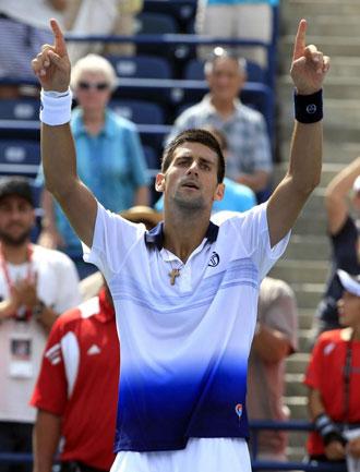 Djokovic celebra la victoria tras un agotador partido. Su rostro evidencia su fatiga
