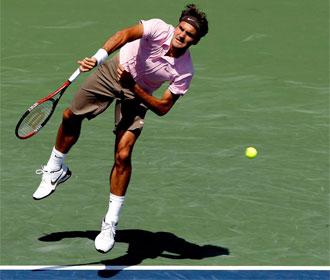 Federer, en pleno servicio.