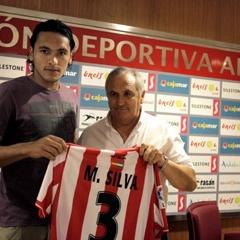 Marcelo Silva estrecha la mano de Garc�a