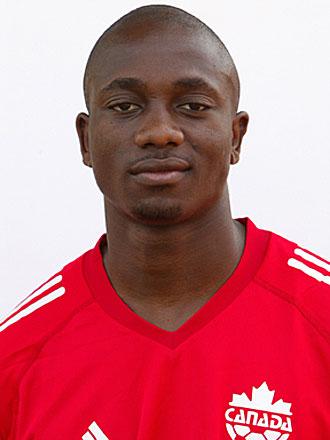 Tam Nsaliwa tiene pasaporte canadiense, con cuya selecci�n lleg� a jugar