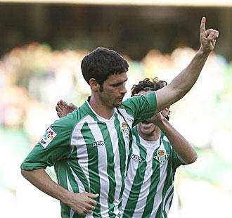 Melli celebra uno de sus últimos goles con el Betis, pues ni él, ni Capi -que llega a felicitarle en la foto-, jugarán de verdiblanco esta temporada
