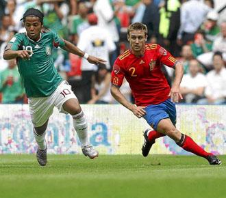 Monreal persigue al delantero mexicano Dos Santos, en el partido amistoso disputado por la selecci�n espa�ola en el Azteca de M�xico.