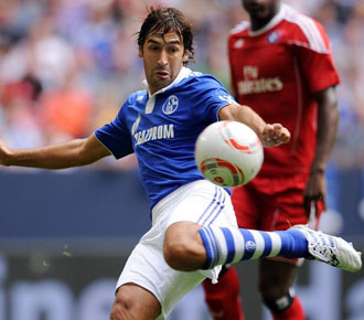Ra�l dispara a puerta durante un partido amistoso disputado por su equipo, el Schalke, ante el Bayern M�nich.