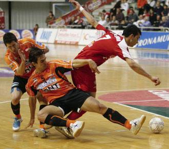 Esquerdinha se deshace de dos rivales en un partido de la pasada temporada con ElPozo de Murcia.