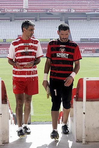 Antonio �lvarez y Palop conversan al final de un entrenamiento del Sevilla.