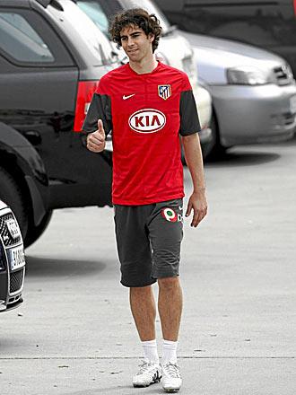 Tiago, en el aparcamiento de la Ciudad Deportiva rojiblanca, hace un gesto de aprobación... su futuro seguirá en Madrid una temporada más