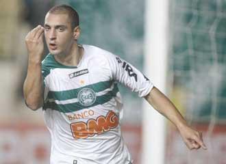 Nahuelpan celebra un gol con el Coritiba de Brasil.